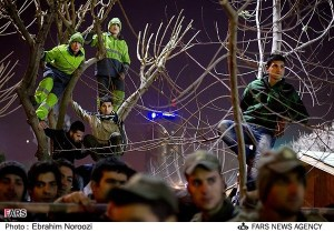 Spectators watching the execution in front of Khaneh Honarmandan. Fars News Agency